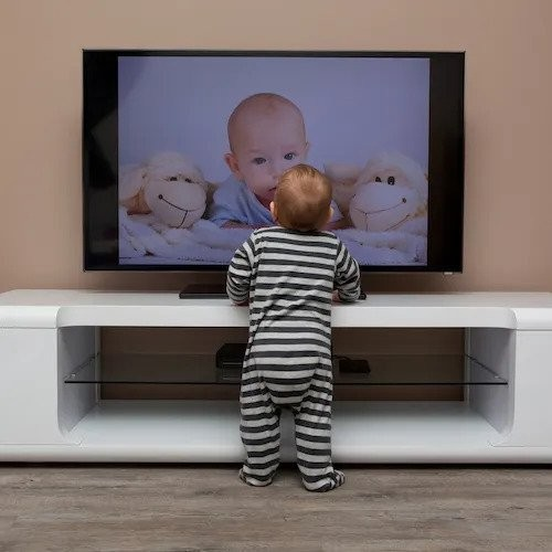 Imagem sentando perto da TV